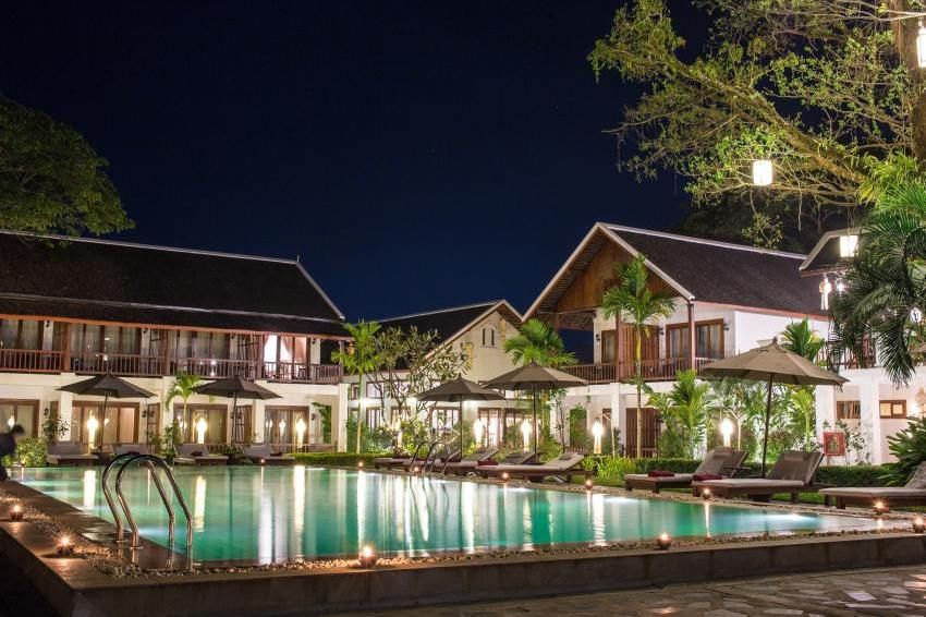 Pool bei Nacht, Hotel Riverside Boutique Resort, Vang Vieng, Laos Rundreise