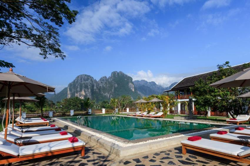 Pool mit Ausblick, Hotel Riverside Boutique Resort, Vang Vieng, Laos Rundreise
